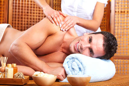 aseo personal: Hombre joven en el salón de masajes Spa