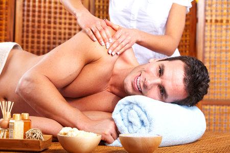 aseo personal: Hombre joven en el sal�n de masajes Spa