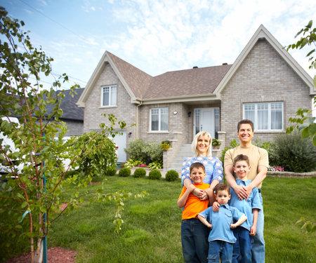 familie: Glückliche Familie in der Nähe neues Haus Lizenzfreie Bilder