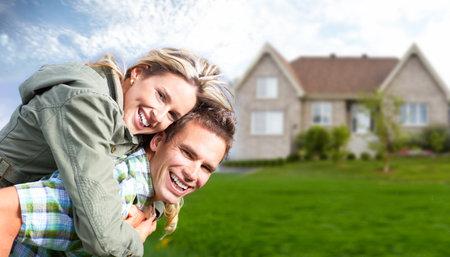 viviendas: Familia feliz cerca de la casa nueva