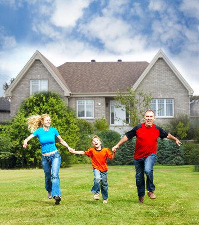 La familia feliz cerca de la nueva casa Foto de archivo - 14902254