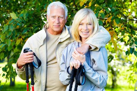bonne aventure: Heureux couple de personnes âgées