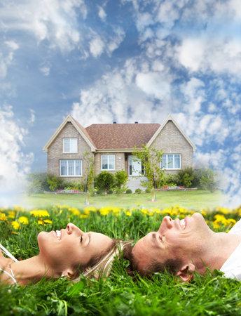 droomhuis: Gelukkige familie in de buurt nieuw huis Stockfoto