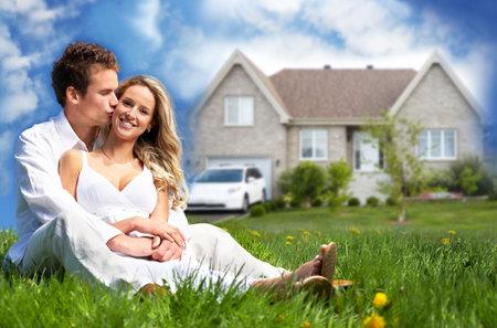 Gelukkige familie in de buurt nieuw huis Stockfoto