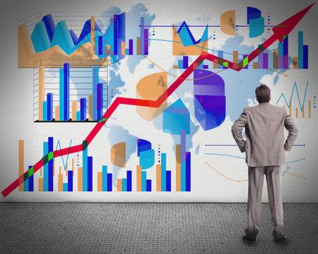 economia: Empresario mirando las gr�ficas Foto de archivo