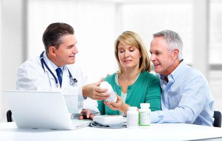 medico con paciente: Doctor y paciente de una Foto de archivo