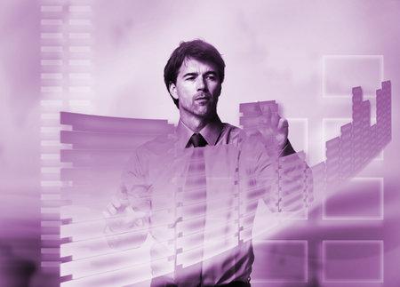 holographic: Uomo d'affari di toccare uno schermo olografico