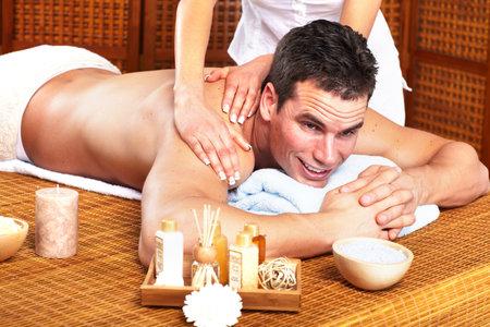 homme massage: Jeune homme dans un salon de massage Spa Banque d'images