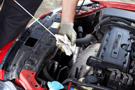 mecanico: Mec�nico de autom�viles revisar el aceite
