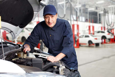 garage automobile: Mécanicien automobile professionnel