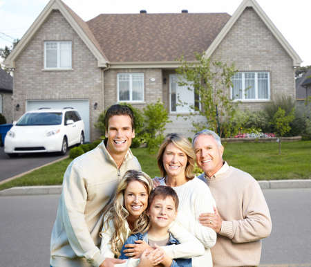 ubezpieczenia: Szczęśliwa rodzina w pobliżu nowego domu Zdjęcie Seryjne