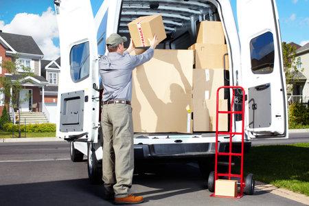 camion: Entrega hombre de servicio postal Foto de archivo