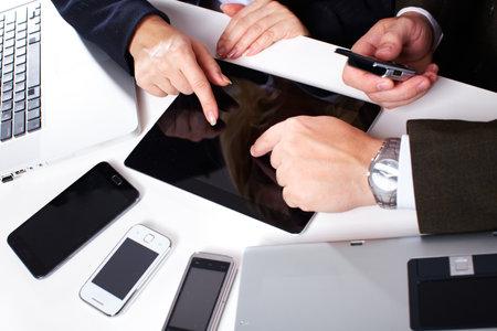 business man laptop: Gente de negocios grupo de trabajo con ordenador port�til Foto de archivo
