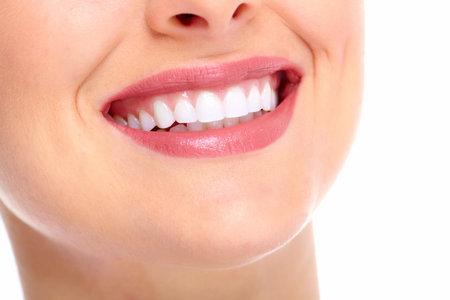 caries dental: Sonrisa hermosa mujer joven. La salud dental.