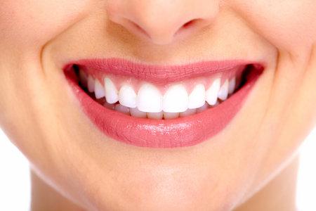 美しい若い女性の笑顔。歯の健康。