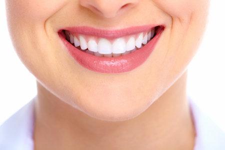 口: 美しい若い女性の笑顔。歯の健康。