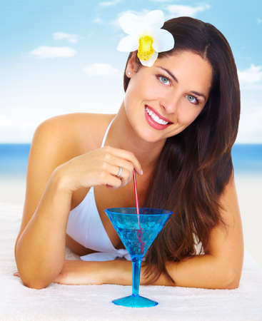 beach drink: Beautiful woman in bikini on the beach