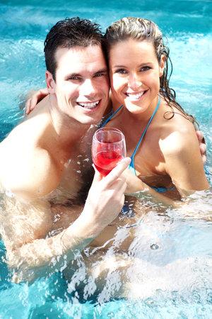 vin chaud: Jeune couple dans un jacuzzi