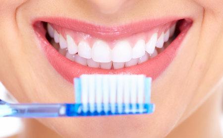 cepillarse los dientes: Sonrisa hermosa de la mujer