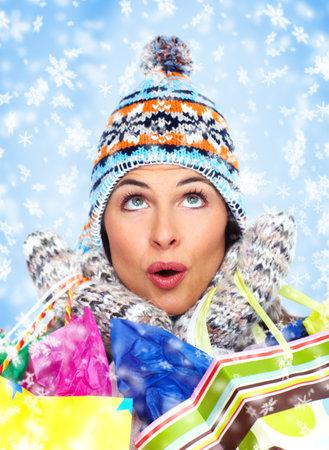 chicas de compras: Hermosa ni�a de Navidad con bolsas de la compra