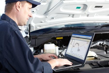 herramientas de mec�nica: Mec�nico de coches que trabajan en el servicio de reparaci�n de autom�viles Foto de archivo