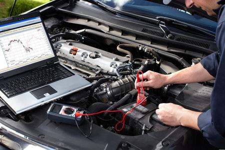 Mécanicien automobile qui travaille au service de réparation automobile Banque d'images - 16279148