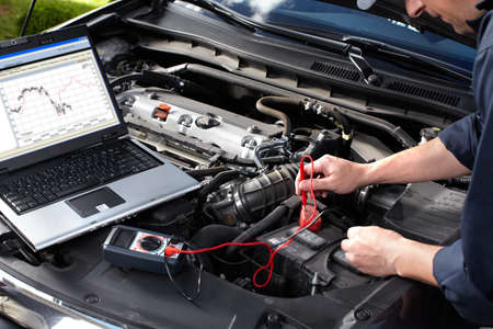 reparation automobile: M�canicien automobile qui travaille au service de r�paration automobile Banque d'images