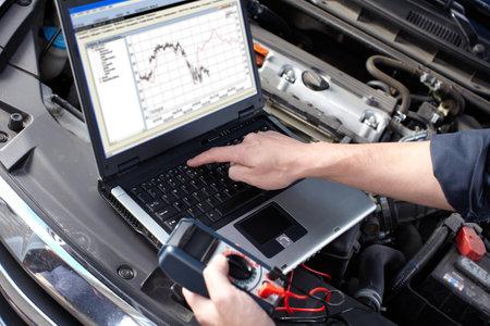 Kfz-Mechaniker arbeitet im Auto-Reparatur-Service Standard-Bild - 16279084