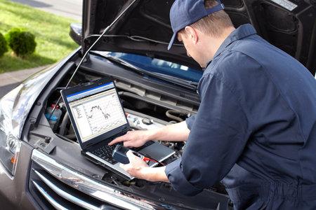 garage automobile: Mécanicien automobile qui travaille au service de réparation automobile Banque d'images