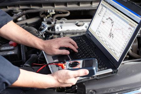 Kfz-Mechaniker arbeitet im Auto-Reparatur-Service Standard-Bild - 16278998