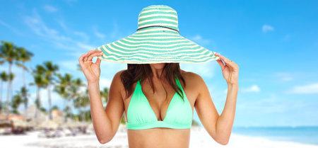 ビキニと帽子で美しい女性