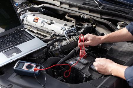 Mécanicien automobile qui travaille au service de réparation automobile Banque d'images - 16336312