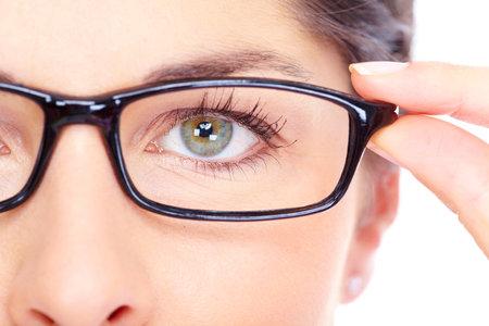 occhiali da vista: Bella giovane donna che indossa occhiali ritratto