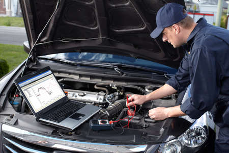 Meccanico auto che lavora al servizio di riparazione auto