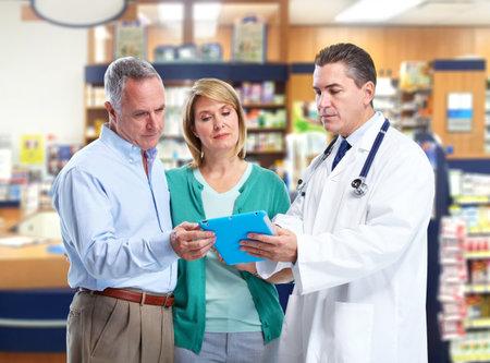 consulta médica: Farmacéutico con una pareja de ancianos