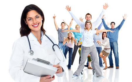medycyna: Kobieta lekarz rodzinny i grupa szczęśliwych ludzi Zdjęcie Seryjne