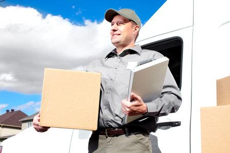 Entrega hombre de servicio postal