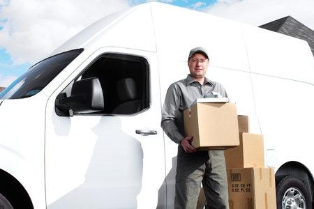 delivery service: Delivery postal service man