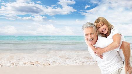 anciano feliz: Feliz pareja senior en la playa