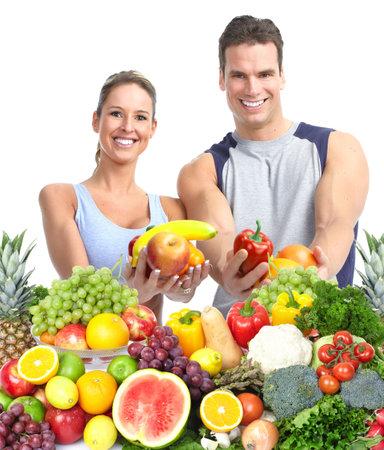 幸せなカップルのフルーツと共に