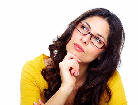 donna pensiero: Bella giovane donna che indossa occhiali
