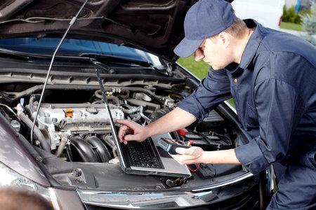オート サービスの修理で働く車のメカニック 写真素材