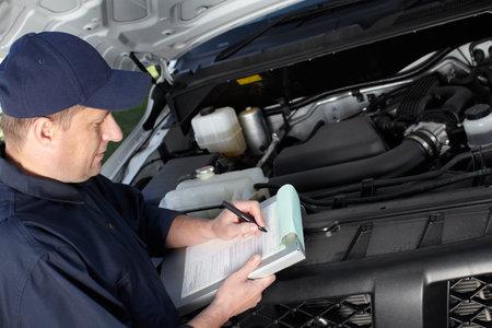 자동차 수리 서비스에서 근무하는 자동차 용