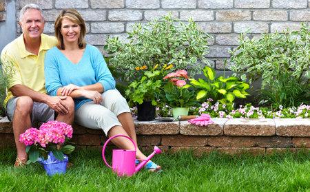 年配のカップルの園芸