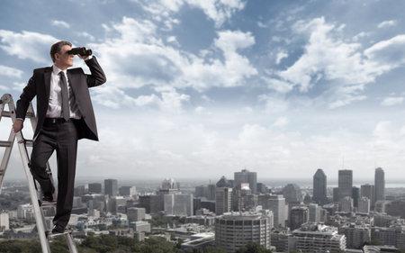 vision futuro: Hombre de negocios con los prism�ticos