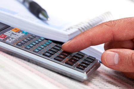Hand met rekenmachine