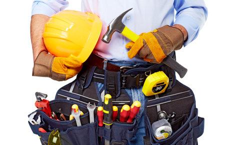 herramientas de construccion: Trabajador de la construcción con un cinturón de herramientas Foto de archivo