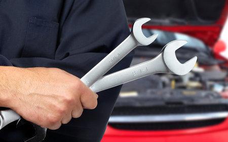 Mechanik samochodowy z kluczem