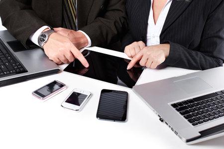 비즈니스 사람들이 그룹은 노트북을 사용하는