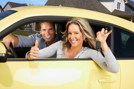 Jonge mooie vrouw autobestuurder in een nieuwe auto. Stockfoto